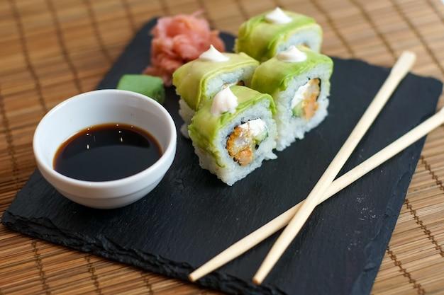 レストランのテーブルの上の寿司