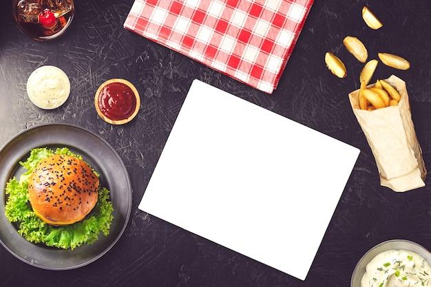 バーガーとフライドポテトのモックアップ