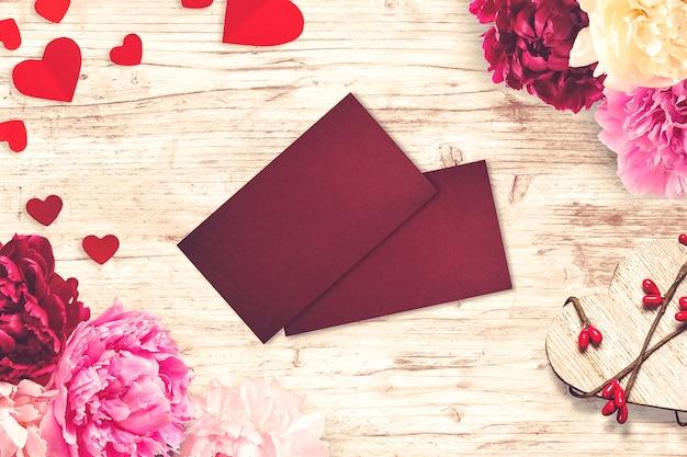Композиция ко дню святого валентина с открытками и цветами