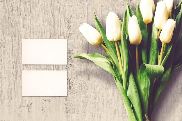 チューリップの花とグリーティングカードとバレンタインの組成