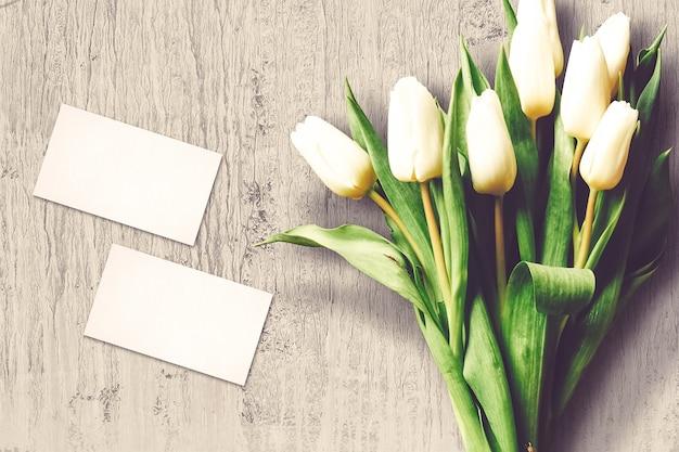 Композиция ко дню святого валентина с цветами тюльпанов и открытками