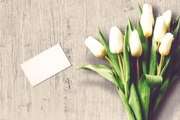 Композиция ко дню святого валентина с цветами тюльпанов и открыткой
