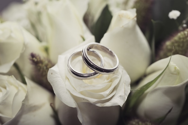 白いバラの花束の結婚指輪