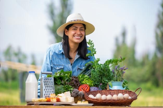 少女と新鮮な野菜のバスケット