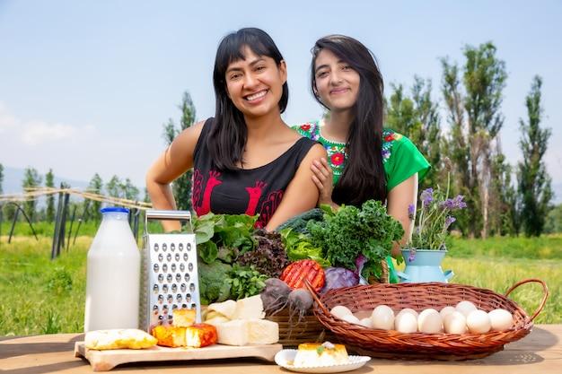 二人の女の子と新鮮な野菜のバスケット
