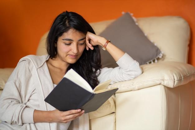 家で本を読んでいる女性社会的距離