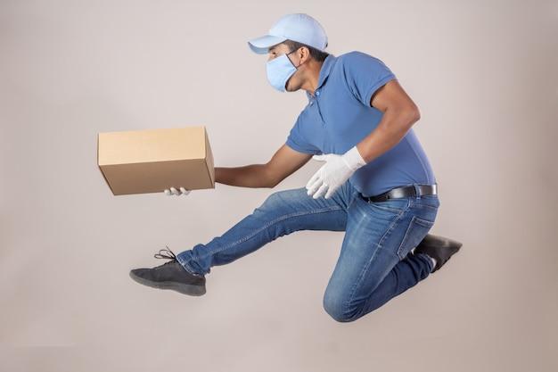 Мексиканский доставщик прыгает с маской и перчатками в карантине