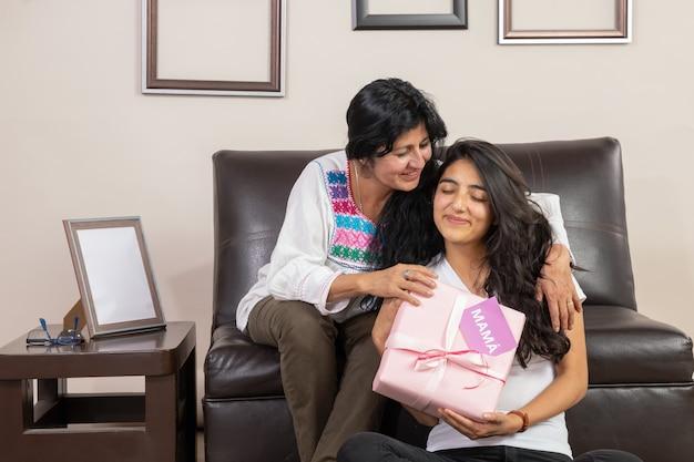 メキシコの母と娘が母の日に抱いて