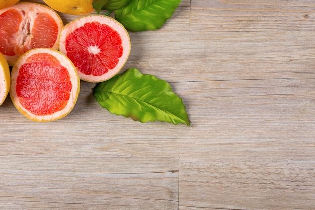 グレープフルーツの木製のテーブル