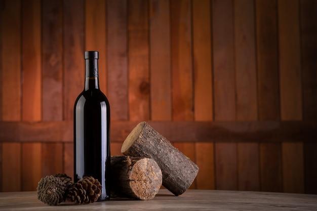 木製の背景にワインの瓶
