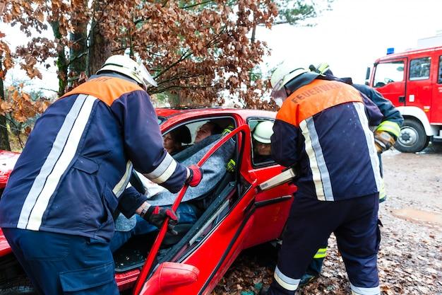 事故、消防隊が車の犠牲者を救出