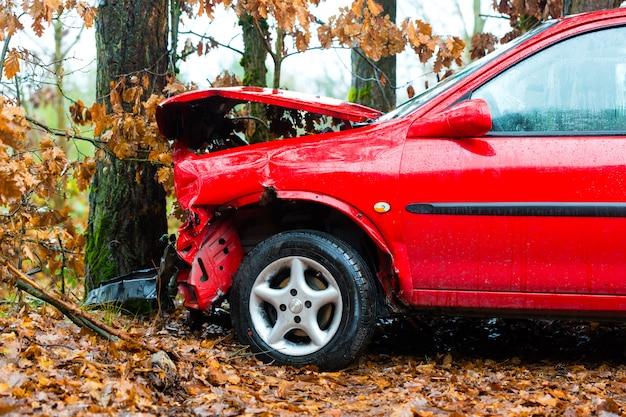 事故、車が木に衝突した
