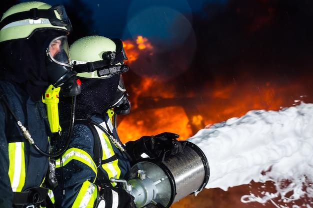 消防士、大きな炎を消す消防士