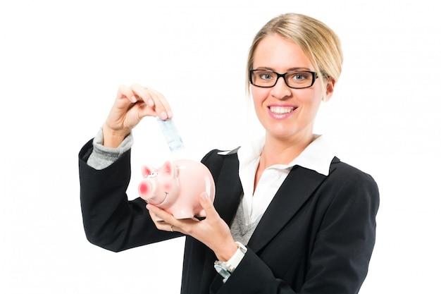 貯金、貯金箱を持つ女性