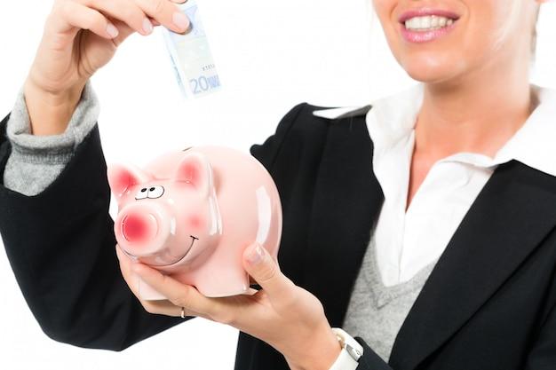 Экономия денег, женщина с копилкой