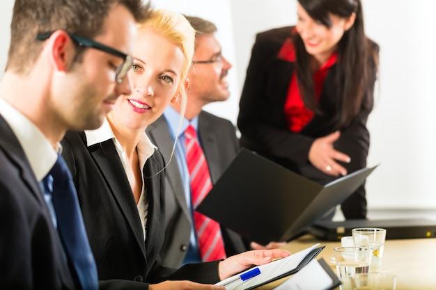 ビジネス、ビジネスマン、会議、オフィスでのプレゼンテーション