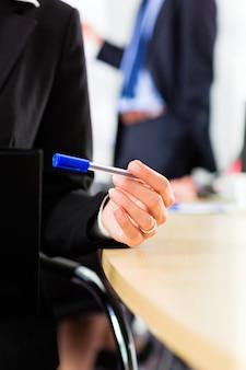 ビジネス、ビジネスマンはチーム会議を持っています