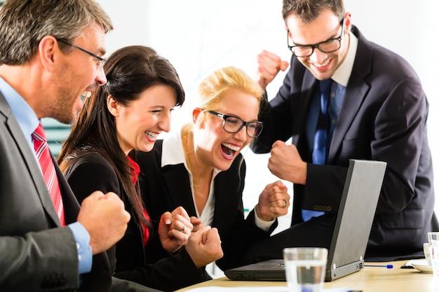 成功してラップトップを見てビジネス人々