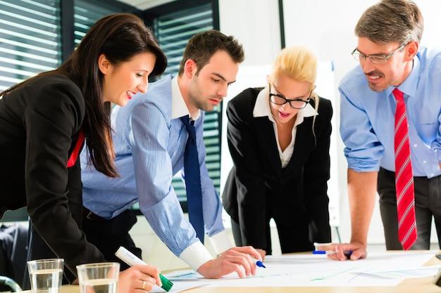 ビジネス、チームとして働くオフィスの人々