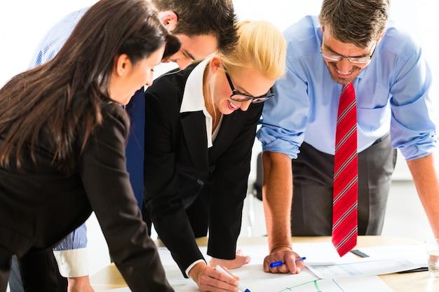Бизнес, люди в офисе работают как команда