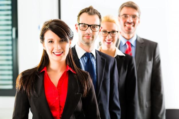 ビジネス、オフィスのビジネスマンのグループ