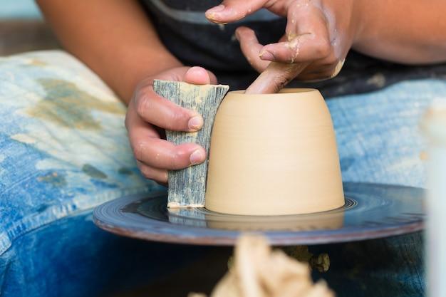 陶工の回転ホイールに粘土ボウルを作成