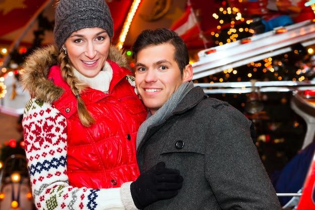クリスマスマーケットまたはアドベントシーズン中のカップル