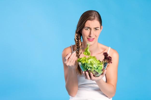 Здоровое питание - молодая женщина с салатом