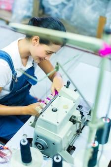 織物工場でインドネシアの裁縫師