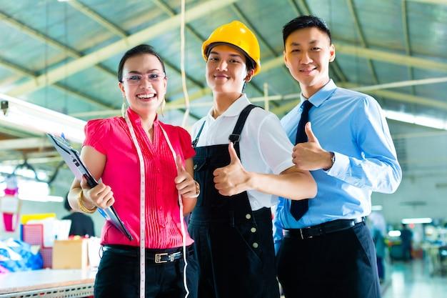 中国の工場の労働者、マネージャー、デザイナー