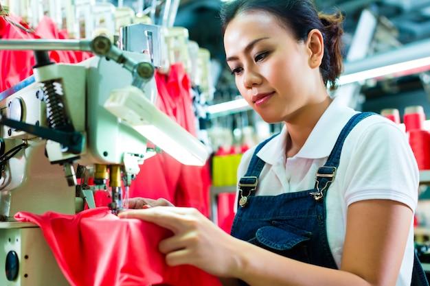 Швея на китайской текстильной фабрике