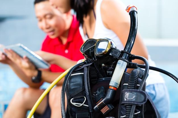 アジアのダイビングスクールのダイブマスターと生徒