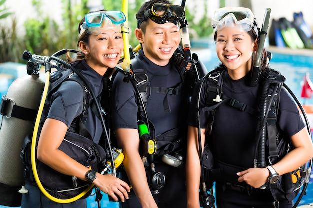 ダイビングスクールの生徒、生徒、マスター
