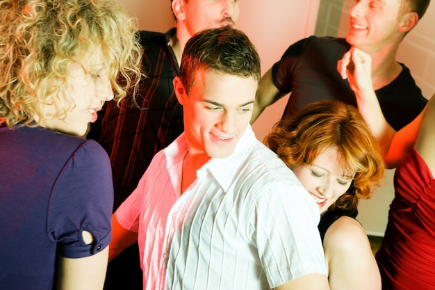クラブで踊る人々