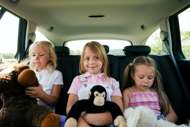 車で旅行する家族