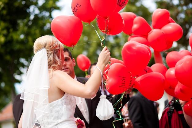 風船での結婚式のカップル