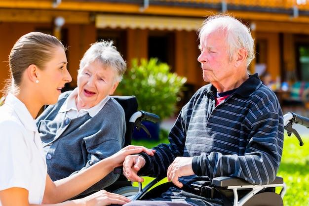 特別養護老人ホームの庭でお菓子を食べている高齢者
