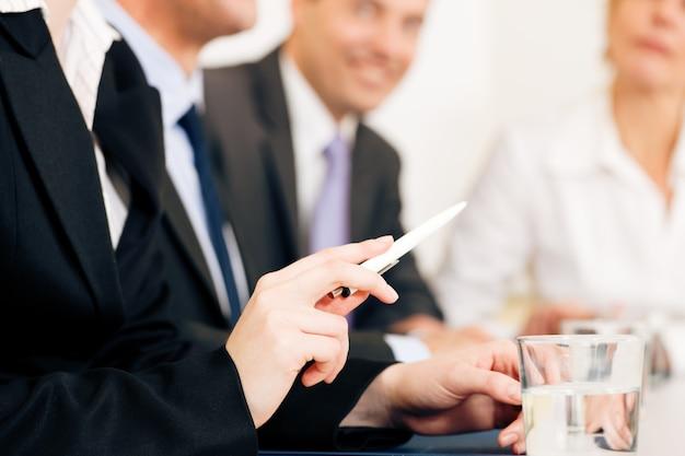 事業状況、会議中のチーム