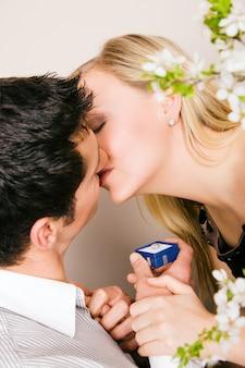 女性に結婚式を約束する男