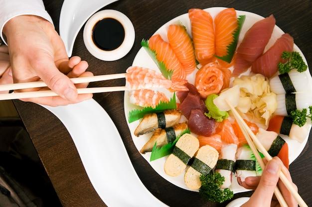 寿司を食べる