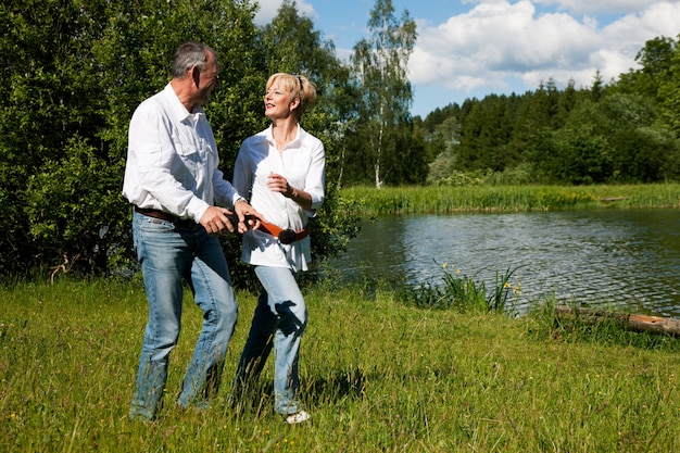 夏の湖で年配のカップル