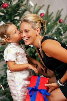 クリスマス、子供は母親にキス