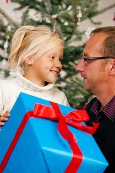 クリスマス、子供が贈り物を受け取る