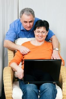 インターネットをサーフィン年配のカップル
