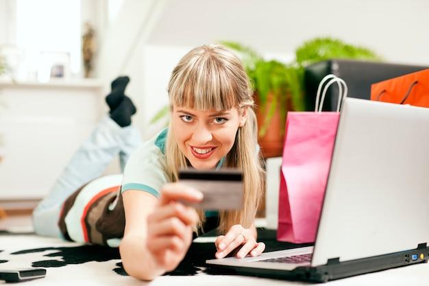 自宅からインターネット経由でオンラインショッピング女性