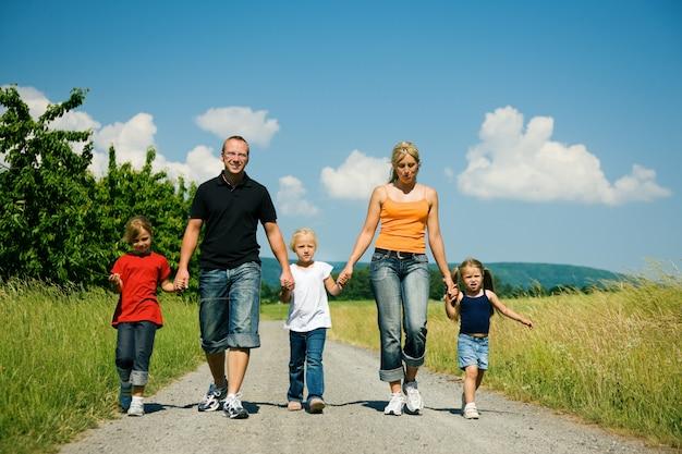 家族が道を歩いて
