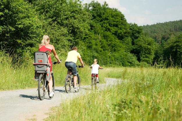 家族が自転車に乗る