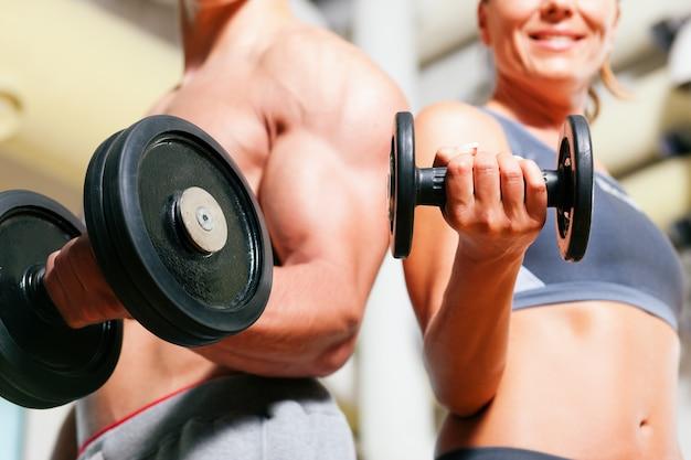Упражнение гантели в спортзале