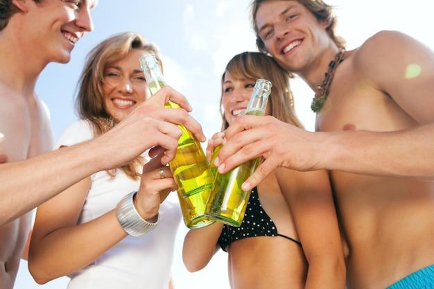 Празднование вечеринки на пляже