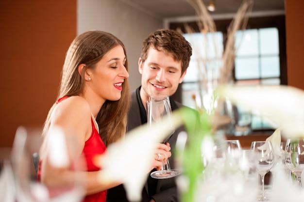 レストランでの機会を祝っているカップル